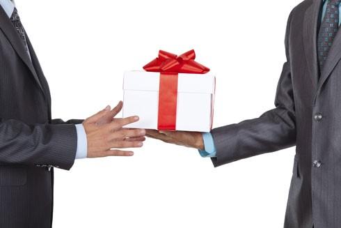 Biếu sếp quà Tết giá trị cao có phải là đưa hối lộ?