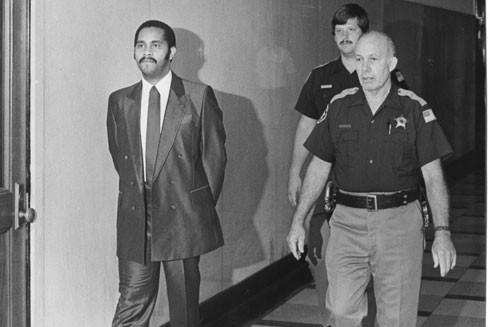 Anthony Ray Hinton được Cảnh sát trưởng hạt Jefferson dẫn giải trong vụ án giết người năm 1986 tại Birmingham, Alabama