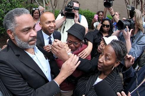 Anthony Ray Hinton được gia đình chào đón sau khi được minh oan và ra khỏi nhà tù hạt Jefferson ở Birmingham, bang Alabama, Mỹ