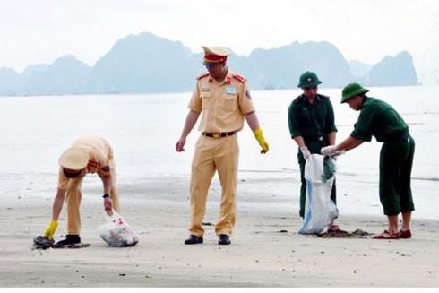 Nhiều rác bẩn trên bãi biển được dọn sạch trong sáng 1-5