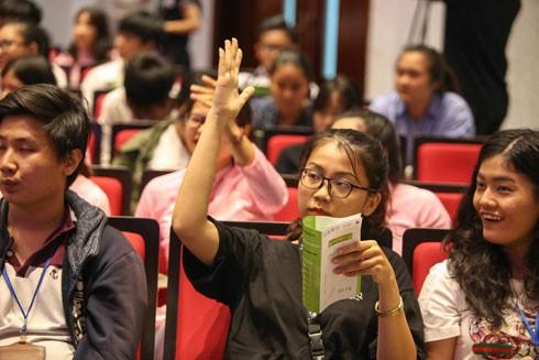Các bạn trẻ hào hứng giơ tay tương tác với thần tượng khởi nghiệp