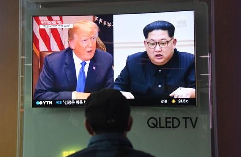 Hình ảnh phát trên truyền hình thời điểm Tổng thống Mỹ Donald Trump (trái) tuyên bố hủy cuộc gặp thượng đỉnh dự kiến với Nhà lãnh đạo Triều Tiên Kim Jong-un