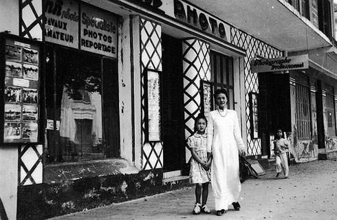 Hương Ký là một trong những hiệu ảnh lớn nhất của Hà Nội, có từ năm 1905 ở số nhà 86, phố Hàng Trống