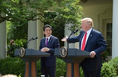 Tổng thống Mỹ Donald Trump (phải) trong cuộc hội đàm với Thủ tướng Nhật Bản Shizo Abe, có nội dung bàn về cuộc gặp sắp tới Triều Tiên