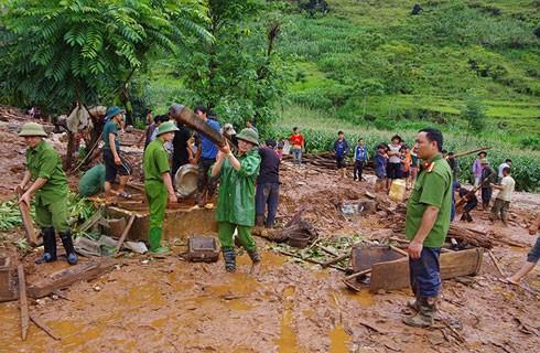 Công an tỉnh Hà Giang giúp người dân khắc phục hậu quả sau đợt mưa lũ
