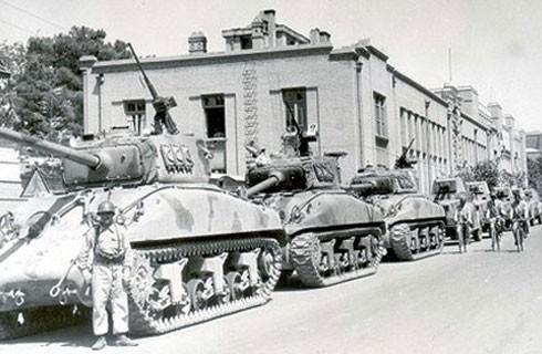 Binh lính và xe tăng trên đường phố Tehran sau khi lật đổ chính quyền của Thủ tướng Mossadeq