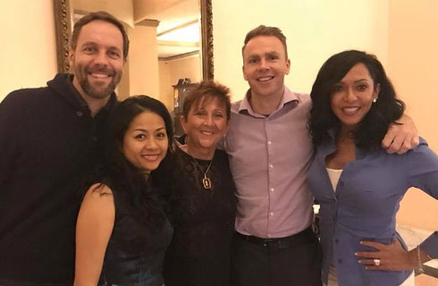 Nữ doanh nhân Trần Uyên Phương với những người bạn trong một khóa tập huấn quốc tế