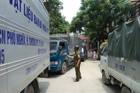 Công an viên xã La Phù (huyện Hoài Đức, Hà Nội) làm nhiệm vụ phân luồng giao thông ở các điểm nút xảy ra ùn tắc