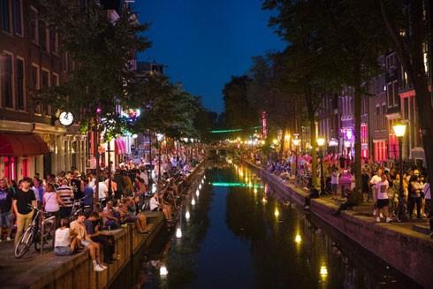 Một đoạn phố thuộc quận đèn đỏ ở Amsterdam mùa hè 2018