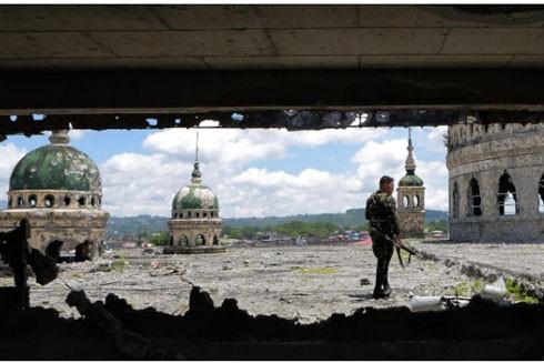 Lực lượng an ninh Philippines tiếp quản một nhà thờ ở Marawi sau khi giành lại kiểm soát từ tay phiến quân theo IS