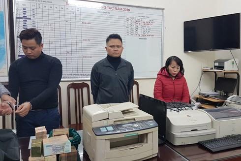 Các đối tượng trong vụ án cùng tang vật và máy móc để làm thẻ tiết kiệm giả