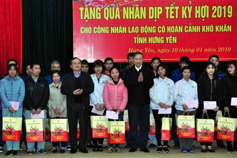 Bộ trưởng Bộ Công an Tô Lâm trao quà tặng công nhân lao động có hoàn cảnh khó khăn tại huyện Văn Giang