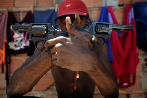 Một tên tội phạm với 2 khẩu súng trên tay