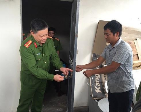 Chỉ huy CAQ Hai Bà Trưng trực tiếp hướng dẫn người dân khóa cửa an toàn