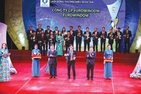 Phó Thủ tướng Trịnh Đình Dũng và Bộ trưởng Bộ Công Thương Trần Tuấn Anh trao biểu trưng THQG 2018 cho đại diện Công ty CP Eurowindow