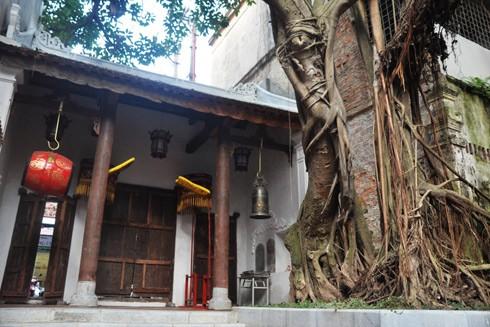 Đình Kim Ngân và lối vào đình ở địa chỉ 42 phố Hàng Bạc có từ thế kỷ XVI