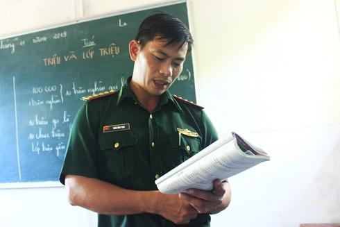 Đại úy biên phòng Trần Bình Phục miệt mài gieo chữ trên đảo