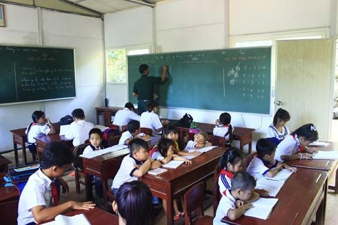 """Lớp học 4 hướng """"không giống ai"""" trên đảo Hòn Chuối"""