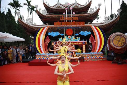 Một màn múa trong lễ khai hội Chùa Hương 2019