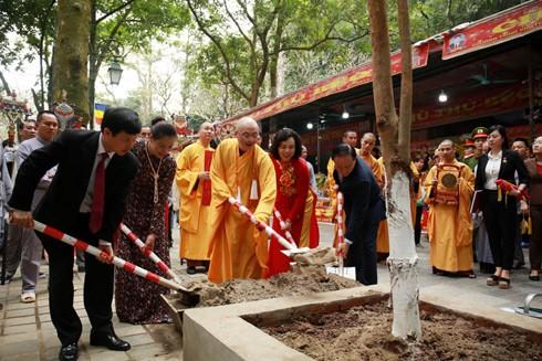 Các đại biểu trồng cây bồ đề tại đường lên chùa Thiên Trù và khu vực trạm soát vé