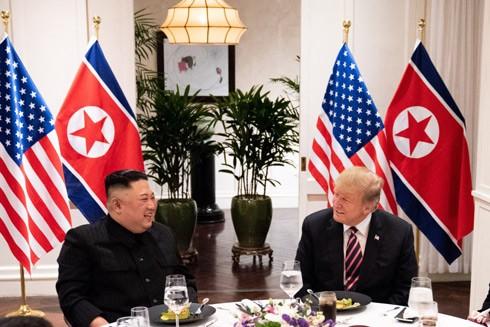 Hai nhà lãnh đạo Mỹ và Triều Tiên giữ thái độ thân thiện trong cuộc gặp thượng đỉnh tại Hà Nội
