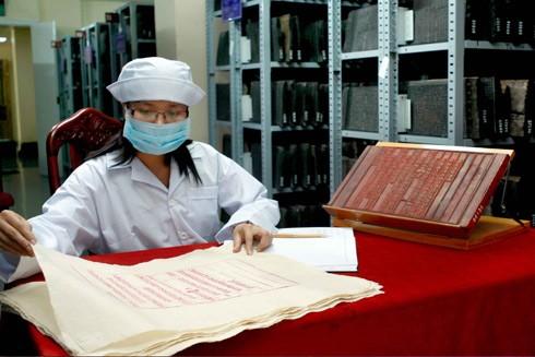 Mộc bản Triều Nguyễn viết bằng chữ Hán Nôm khắc ngược trên gỗ để in ra thành sách