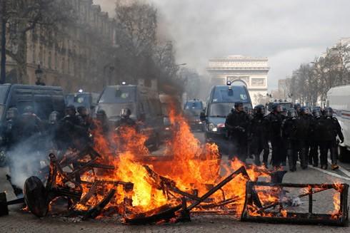 Người biểu tình đốt các vật dụng trên đường phố Paris