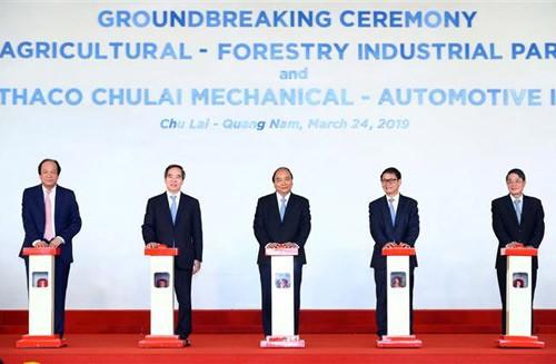Thủ tướng Nguyễn Xuân Phúc và các đại biểu thực hiện nghi thức khởi công dự án Khu công nghiệp nông - lâm nghiệp và Khu công nghiệp cơ khí ô tô Thaco Chu Lai mở rộng