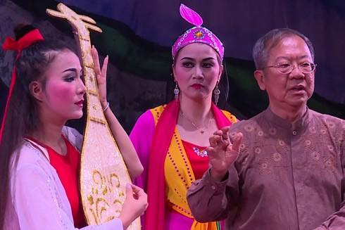 Đạo diễn Chua Soo Pong (bên phải)