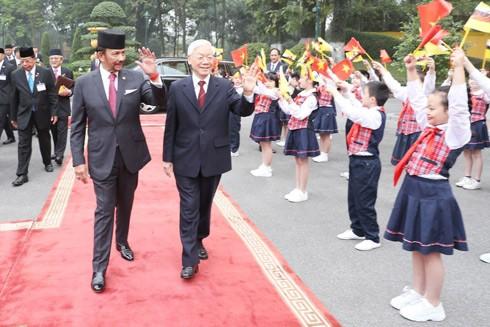 Tổng Bí thư, Chủ tịch nước Nguyễn Phú Trọng và Quốc vương Brunei Darussalam Sultan Haji Hassanal Bolkiah vẫy chào thiếu nhi Hà Nội