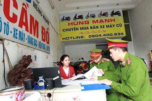 CAP Láng Thượng (Đống Đa, Hà Nội) tăng cường kiểm tra hoạt động của các hiệu cầm đồ trên địa bàn Ảnh: Lam Thanh