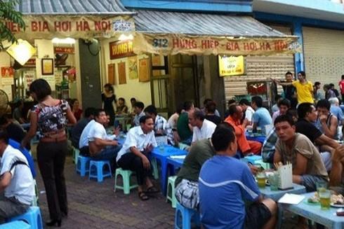 """Người Hà Nội uống bia hơi quanh năm nhưng đến mùa nóng thì bia thực sự là """"thiên đường"""""""