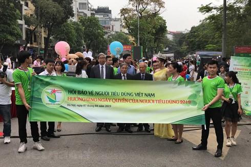 Các đại biểu diễu hành trên phố đi bộ hồ Hoàn Kiếm hưởng ứng Ngày Quyền của người tiêu dùng
