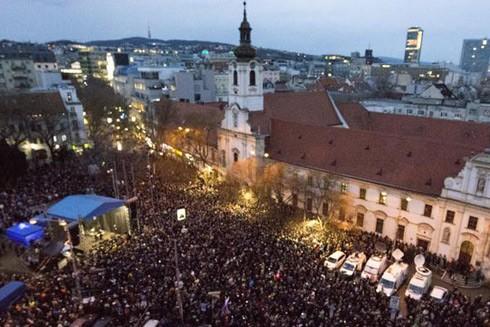 Hàng nghìn người đổ ra đường phố Bratislava nhân một năm ngày mất của phóng viên điều tra Kuciak