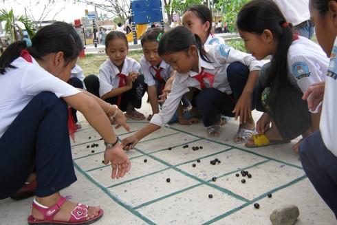 Phần lớn lũ trẻ vẫn ngồi xổm đánh bi, đánh xèng, chơi ô ăn quan, chơi chuyền