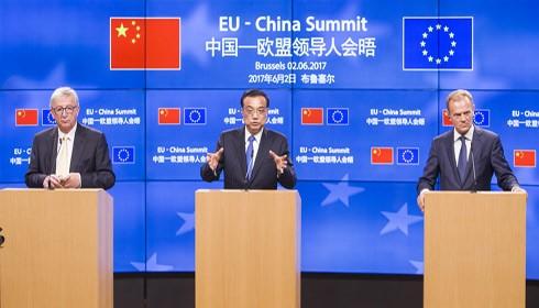 Thủ tướng Trung Quốc Lý Khắc Cường (đứng giữa) khẳng định cam kết mở cửa thị trường trong cuộc họp báo về Hội nghị thượng đỉnh EU - Trung Quốc