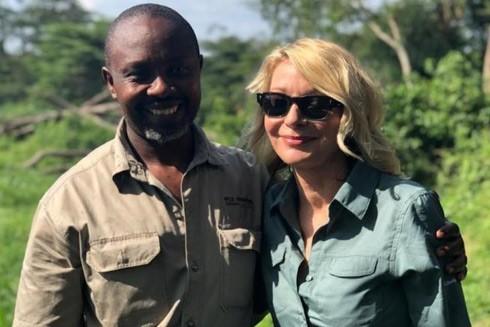 Hướng dẫn viên người Uganda và Kimberly Sue Endicott
