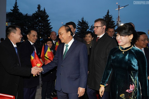 Kiều bào tại Romania đón Thủ tướng Nguyễn Xuân Phúc và Phu nhân tại sân bay