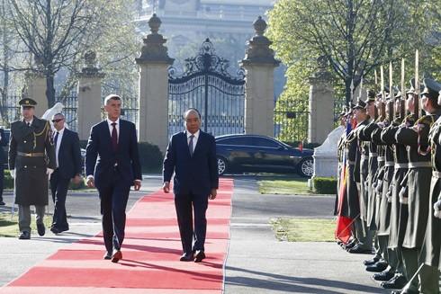 Thủ tướng Cộng hòa Czech Andrej Babis và Thủ tướng Nguyễn Xuân Phúc duyệt đội danh dự
