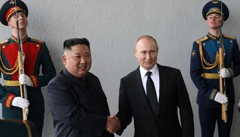 Nhà lãnh đạo Triều Tiên Kim Jong-un hội đàm với Tổng thống Nga Vladimir Putin tại Vladivostok trong chuyến thăm chính thức đến Nga