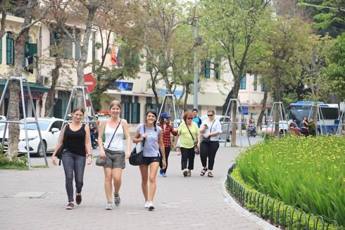 Khách du lịch quốc tế tham quan tại Hà Nội trong dịp nghỉ lễ vừa qua - Ảnh: Lam Thanh