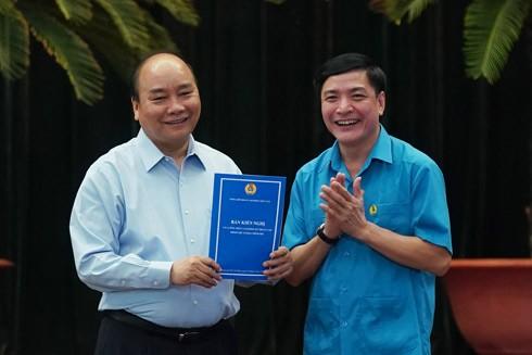 Thủ tướng Nguyễn Xuân Phúc nhận bản kiến nghị của công nhân tại cuộc đối thoại