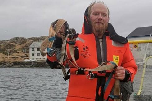 Chiếc vòng được gỡ ra khỏi cổ cá voi trắng Beluga có gắn thiết bị được cho là của Nga