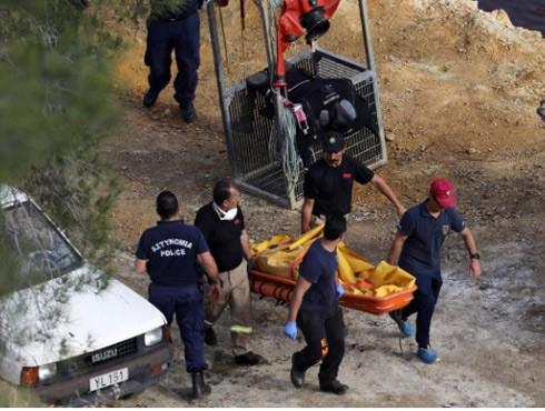 Lực lượng chức năng phát hiện thi thể nạn nhân vụ giết người hàng loạt ở hồ Kokkinopezoula hôm 5-5