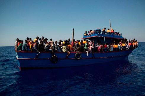 Một con tàu chở người Lybia di cư đang vượt Địa Trung Hải sang châu Âu