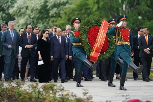 Thủ tướng Nguyễn Xuân Phúc, Phu nhân và Đoàn cấp cao Việt Nam đến viếng, đặt vòng hoa tại Khu tưởng niệm-Nghĩa trang Piskaryovskoye