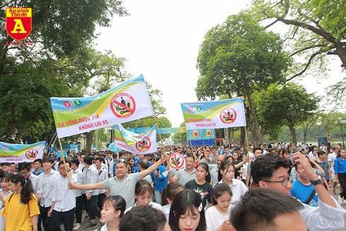 Mới đây hàng nghìn người tại Hà Nội đã xuống đường kêu gọi Không uống rượu bia khi lái xe - Ảnh: LAM THANH