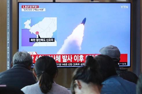 Người dân Hàn Quốc theo dõi thông tin về vụ thử tên lửa tầm ngắn của Triều Tiên ngày 9-5-2019