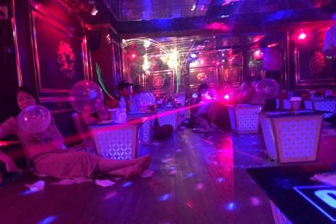 """Tuy nhiên """"bóng cười"""" vẫn tràn ngập các quán cà phê, quán bar ở Hà Nội"""