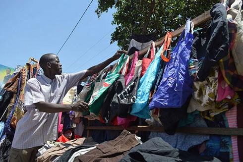 Các mặt hàng túi vải đang dần phổ biến, thay thế cho túi nilon ở Tanzania